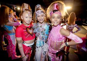 Dressed for success. Anna-Mariia Kozak,  Kira Yeromenko och Sofiia Olefirenko från Ukraina  väntar på deras tur att gå upp på dansgolvet.