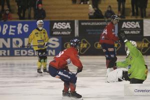 Henrik Rehnvall var Brobergs klart bäste lirare i derbyt – men kunde ju inte stoppa allt som Edsbyn öste på honom.