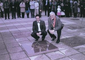 Pepe Hernandez och Tore Svensson under ceremonin då den senare fick sitt namn förevigat i en stjärna utanför kommunhuset i Vansbro. Foto: Privat