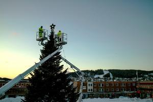 Kommunen sätter upp Årets julgran på Stortorget, vilket är nytt för i år. Tidigare har den placerats utanför Rådhuset.