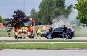 En bil exploderar på Krillans parkering. Kameramännen är redo, och deltagarna som sitter i den svarta bilen stiger strax ur, helt oförberedda på den brinnande bilen.