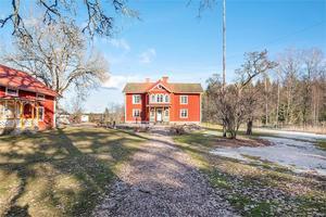 Huvudbyggnaden har sex rum och kök. Foto: Fastighetsbyrån Köping