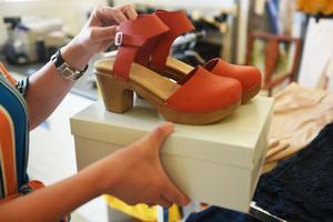 Förutom en hel del kläder går det även att finna skor och smycken i butiken.