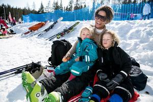 Emmy Huggins med barnen Monroe och Marlon – trötta efter en lång dag i backen. Familjen kommer från Stockholm men bor i Dådran under sportlovet.