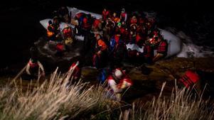 Ramziye har inga bilder från sin egen flykt men hon kom till slut till den grekiska ön Chios på natten, precis som den här båten som fångats på bild vid den klippiga stranden av AP:s fotograf. Av rädsla vill varken Ramziye eller Yakoub ställa upp på bild.