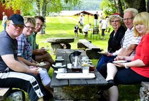 Nationaldagsfika. Familjen Andersson, från vänster Fredrik, Helene, Per-Erik, Birgitta, Åke och Elin äter nationaldagsbakelsen.