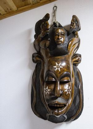 Den första masken som Leif Johansson fick med sig från Afrika, under sitt första besök – gjord i rosenträ och endast i ett exemplar.
