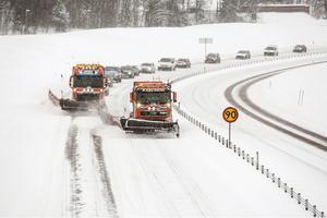 Christoffer Rosén plogar vägen mellan Falun och Borlänge. Att köra en 33 ton tung lastbil med stora snöblad kan vara lite lurigt. Men det svåraste är medtrafikanterna.