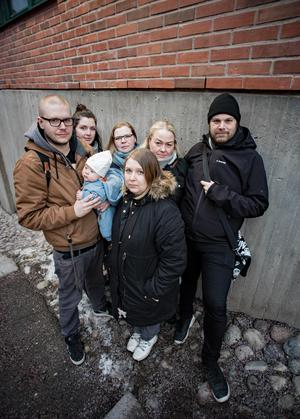 De vill få bort tabukänslan när det gäller att prata om sorg. Från vänster; Martin Loquist med sonen Marlon, Fredrika Christiansen, Kristina Takman, Maria Eremo och Anders Jakobson. Längst fram i mitten: Jenny Loquist.