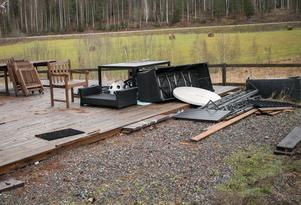 Den här oredan lämnade en campinggäst efter sig. Det finns fler exempel på tomter där tidigare gäster i princip bara har tagit sin vagn och åkt.