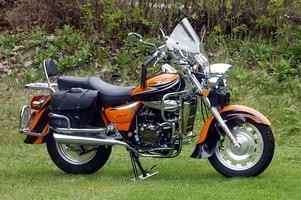 Den ser ut som en tung Harley Davidson, den kinesiska motorcykeln på Frösön. Men skenet bedrar. Motorn är på 125 kubik, ungefär som en åkgräsklippare.