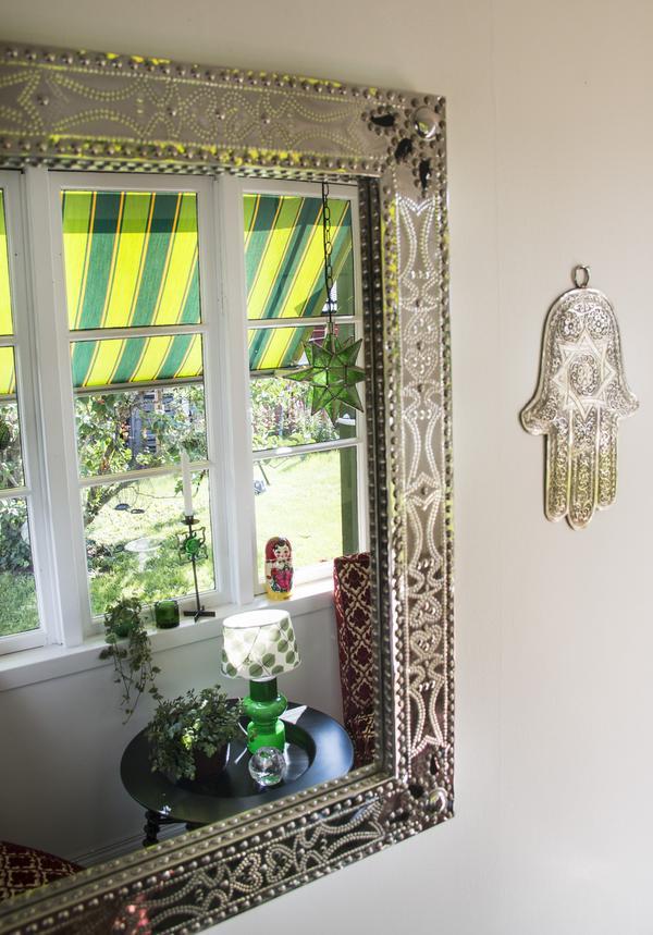 I hallen hänger ett av hennes inköp från Marrakech. Det är Fatimas hand, även kallad hamsa, en symbol som har använts sedan Mesopotamien som symbol för gudinnan Ishtar. Det är en muslimsk och judisk symbol för gudomligt beskydd mot det onda och anses bringa tur.