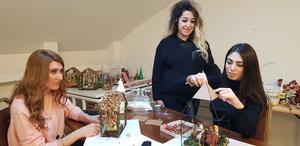 Elona Hrmiz (till vänster), Smedra Hammo och Warda Kourie pysslar och donar och förbereder inför julmarknaden på söndag i S:t Jacob katedralen i Hovsjö med början klockan 11.30.