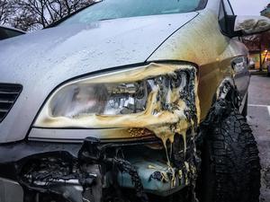 Under natten till fredagen brandhärjades flera bilar på en parkering på Råby i Västerås.Polisen utreder händelsen som grov skadegörelse.
