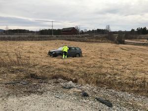 Bilen hamnade på en åker efter olyckan.