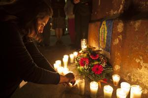 Människor samlades utanför bårhuset i Guatemala City där de döda kropparna identifierades, för att tända ljus för de döda.