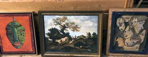 Tre olika målningar från Kent Wahlbecks tidiga konstnärsår. Landskapet i mitten är en kopia av konstnären Fragonard, ansiktena till höger kanske sedan ledde till de stiliserade maskerna.