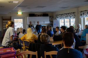 Omkring tjugofem anställda deltog under mötet som hade anordnats av Åsa Dahlöf och Eva Lahenkorva. Även ett fåtal anhöriga fanns på plats.