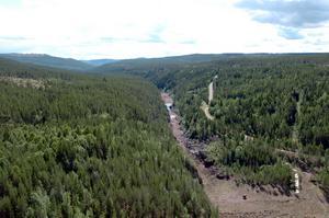 Österdalälvens torrlagda sträcka nedströms dammen i Trängslet.