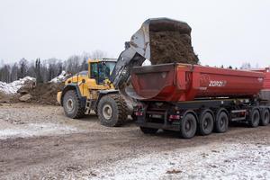 Markarbetet pågår för fullt vid den tillfälliga återvinningscentralen i Krylbo. Lastbilar kör i skytteltrafik till återvinningen i Karlslund där massorna ska användas till sluttäckningen.