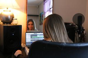 Nästan all sin lediga tid tillbringar Lisa Eismar i hemmets inredda studio, som hon själv sparat ihop till.