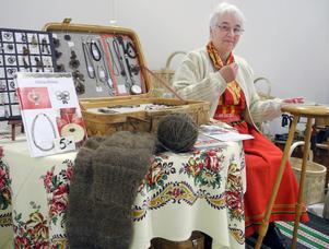 Pia Matsson, här i Våmhusdräkt, driver företaget PiMa hantverk och tillverkar smycken av riktigt hår.