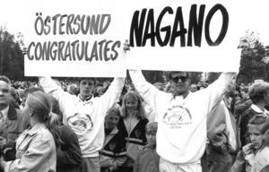 OS-kansliets Gunnar Myrberg och fritidschefen Bengt Abrahamsson var goda förlorare. Direkt efter utnämnandet fanns skyltarna redo för att gratulera den japanska orten. Foto: Björn Olsson