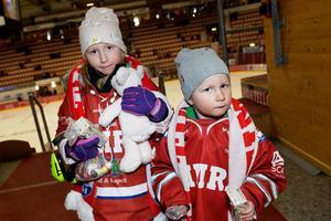 Tilda och Nils Backlund hade också rätt dress för kvällen. De var på hockey med pappa Christoffer som hade en bra känsla inför matchen.