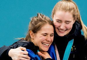 Sara McManus och Anna Hasselborg kramar om varandra efter guldet. Foto: Jon Olav Nesvold / BILDBYRN.