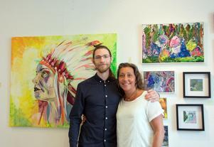 Putte Brändström är med i konstrundan för första gången. Han är popkonstnären i kollektivverkstadens samling och har målat indianen bakom honom. Erika Viklund visar bland annat måleriet som hänger bakom henne.