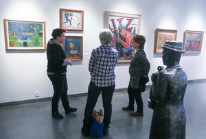 Ann Nilsén visar Länsmuseets konst under bokreleasen i veckan.