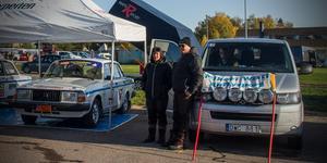 Wistis Volvo 240 på serviceområdet inför start.