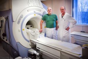 Klinikchefen Rolf Skuncke med Tomas Hindmarsch, en av Sveriges bästa röntgenläkare som Skuncke lyckades locka till Södertälje med god arbetsmiljö och bra maskiner – här vid magnetkameran. Foto: Thomas Brandt