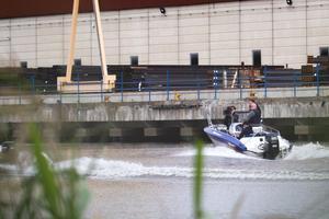 Kamerateamet filmar en av båtarna som är på väg in i Köpings hamn.