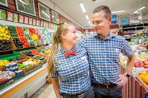 Sandra Zakariasson och Tomas Taraldsson, båda uppvuxna i Södertälje, tog den första juni över Icabutiken i Åkers styckebruk.