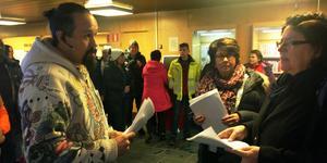 Danne Mackin överlämnar personalens protestlistor till Margareta Mahmoud-Persson