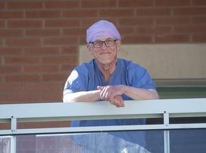 Per, kirurg på Visby lasarett, hoppas att turisterna kommer – men inte nu i sommar.