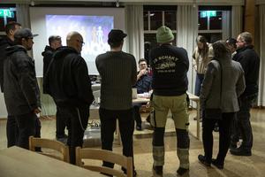 Thomas Nordström i samtal med några av de som kom på diskussionskvällen.