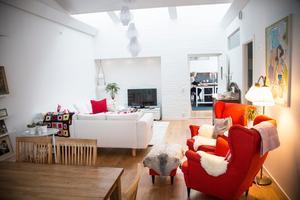 Tegelväggarna i lägenheten är vitmålade. Efter ombyggnaden delades den stora samlingssalen av och en del av den är numera Ann-Helens vardagsrum.