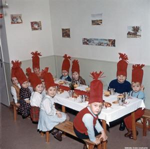 Fler tomtebarn i Rosta. Fotograf okänd. (Bildkälla: Örebro stadsarkiv)