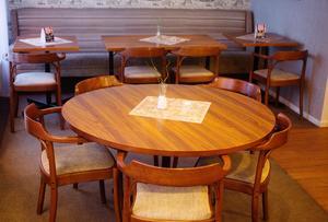 Stolar med karm är viktigt, borden har fått nya skivor men underredena är från förr.