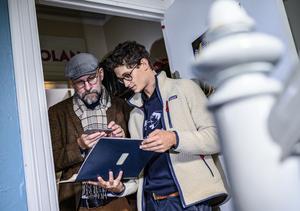 Kalle Lind och studenten Leo Nilsson tittar i ett kammarspex som Hasse Alfredson 1971 skrev till studenterna på Thomanders studenthem i Lund. Här bodde Alfredson under sin studietid och nu är det 22-årige Leo Nilsson som bor i rum 4. Foto: Johan Nilsson/TT
