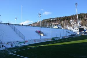 GIF Sunsdvall har beslutat att stänga västra läktaren i premiären eftersom den troligen fortfarande då kommer att vara fylld till bredden av snö.
