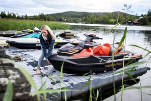 En vattenskoter är lättare att sjösätta och lägga till med jämfört med en båt.