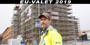 På en svensk byggarbetsplats ska man inte tjäna mindre än 163 kronor, menar Niclas Liljeqvist, ombudsman på facket Byggnads i Gävle. Han är bekymrad över att han inte kan kolla vad de utländska arbetarna på Muréngatan i Gävle får i lön.