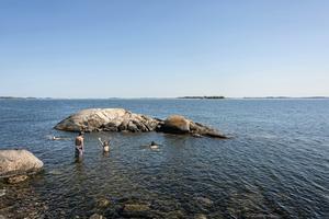 För de allra flesta barn betyder sommarlov bad, lek och ledigt. Men inte för alla, påpekar Liberala kvinnor i Jönköpings län.