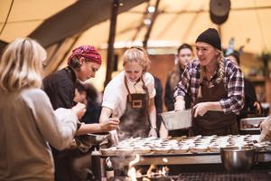 Nicolina Karlsson medverkar på smakstationen hos Stitch N Stones. Till vardags jobbar hon som soux chef  hon Titti Qvarnström, Nordens enda kvinnliga stjärnkock. Foto: Tina Stafrén