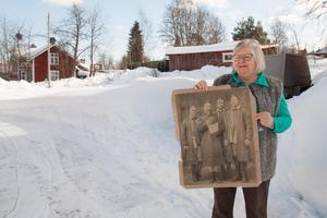För 140 år sedan åkte Mångs Hans Ersson, Liss Olof Larsson, Ulus Anders Persson och Hed Anders Jonsson från Dalarna till Stockholm för att få möjlighet att starta Orsa besparingsskog. Monica Hedén Krusell är barnbarnsbarn till Hed Anders från Skattungbyn, som är mannen längst till höger i bild.