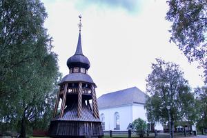 Undersviks kyrka saknar torn och har spånbelagt, valmat sadeltak.