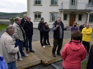 Iso Porovic instruerar Ånge Kabaré med gäster inför förra sommarens uppsättning av Tre Kärlekar. Nästa höst är det en operaensemble han ska leda.